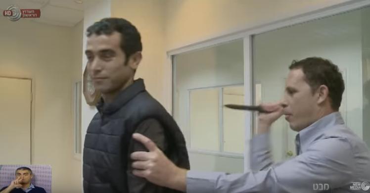 Un reporter israelian a vrut sa testeze o vesta anti- injunghiere, in direct. Ce s-a intamplat cand a fost lovit cu cutitul