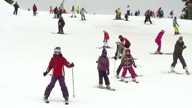 Ploaia nu i-a speriat pe turistii aflati in vacanta la Paltinis. Tinerii s-au bucurat de vremea calda si au schiat