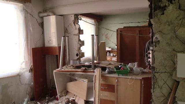 Locatarii blocului din Brasov afectat de explozie, ajutati de jandarmi sa scape de moloz. Cand vor avea din nou caldura