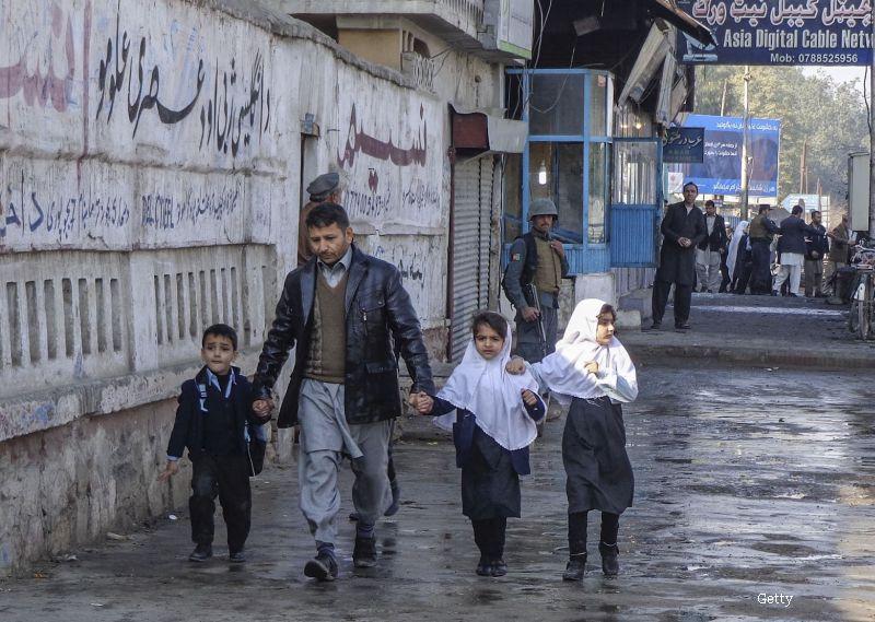 Povestea din spatele celei mai emotionante fotografii ale zilei. Un tata afgan isi consoleaza fiica dupa un atac sinucigas