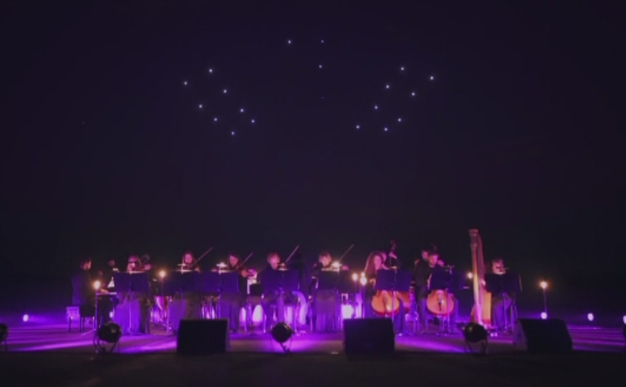 Record mondial stabilit de o suta de drone care au