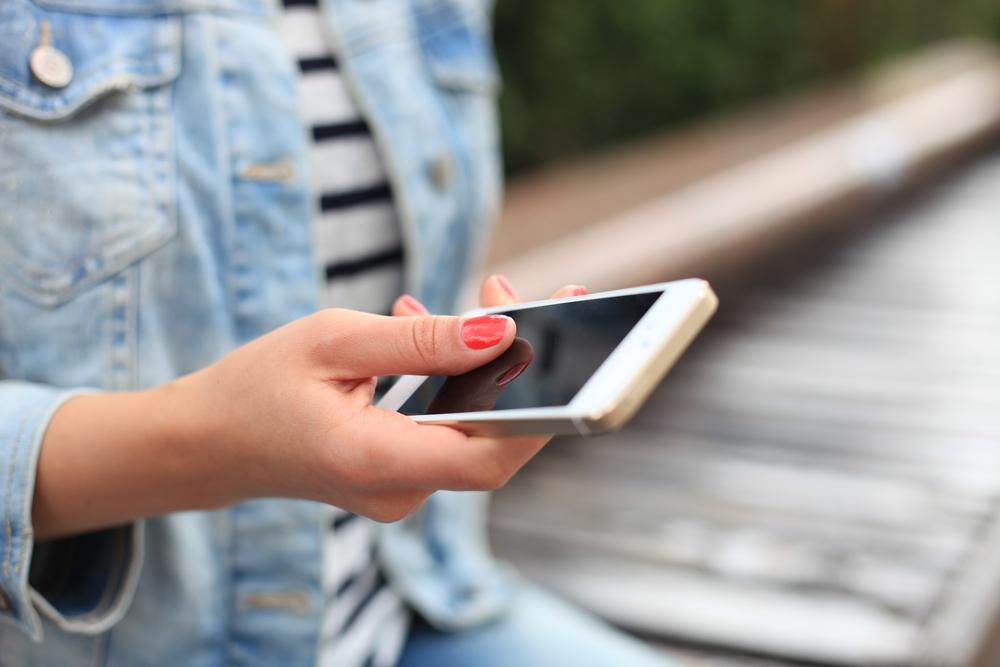 Ce se intampla daca iti lasi copiii mai multe ore pe zi cu ochii in telefon sau tableta. Avertismentele medicilor oftalmologi