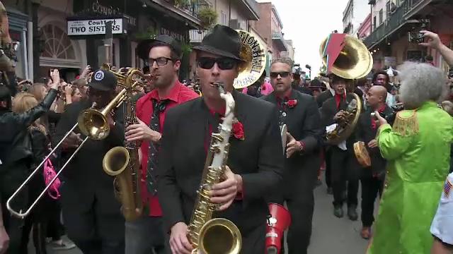 Omagiu impresionant in New Orleans in memoria lui David Bowie. Mii de oameni au defilat deghizati in costumatiile artistului