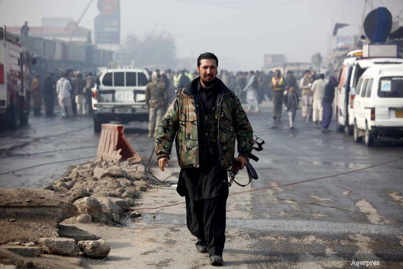 Atac sinucigas in Pakistan, cu cel putin 10 morti si 20 de raniti. Autorul a intrat cu motocicleta intr-o masina de politie