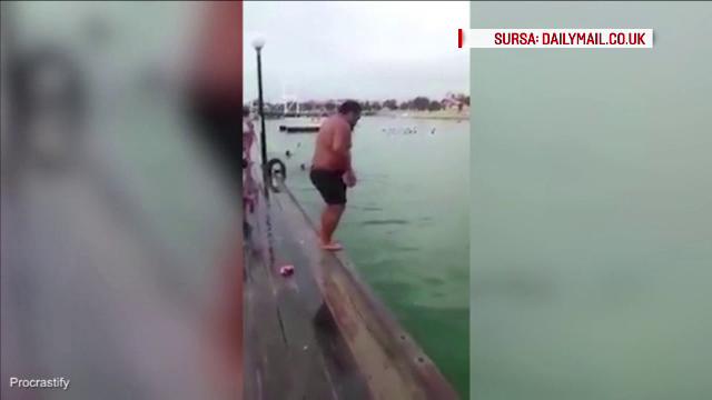 A sarit de pe un pod in apa, in timp ce tinea in mana un balon de rugby. Urmarea a creat isterie online