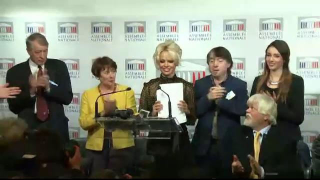Pamela Anderson militeaza impotriva hranirii fortate a ratelor si gastelor. Discursul tinut de blonda in Parlamentul francez
