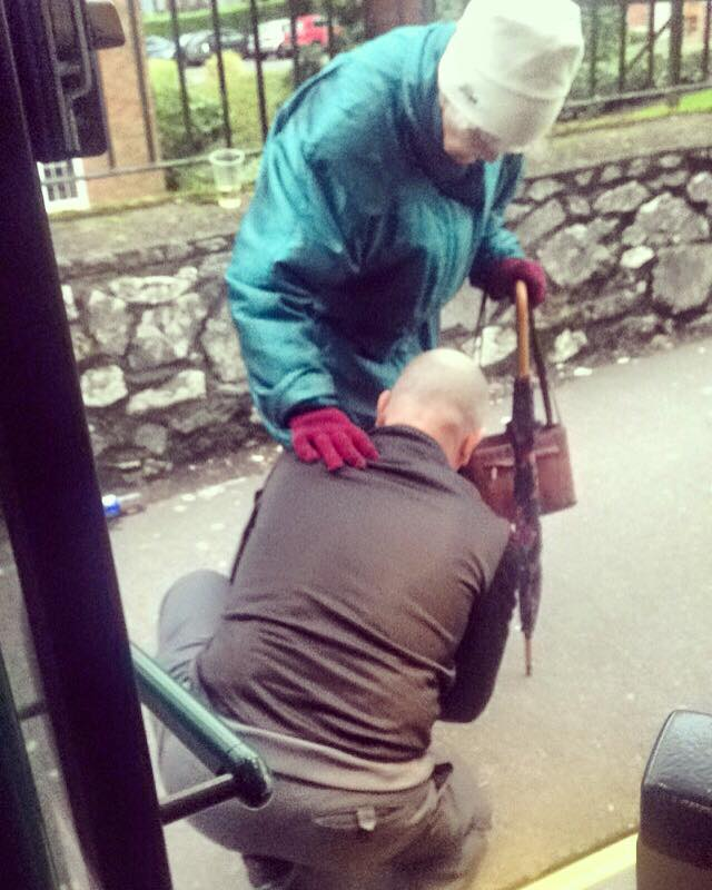 Poza a ajuns virala in doar cateva ore. Ce a facut acest sofer de autobuz pentru o femeie in varsta