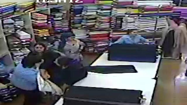 Au incercat sa ascunda sub fuste o rola de material dintr-un magazin de tesaturi. Cum au fost prinse