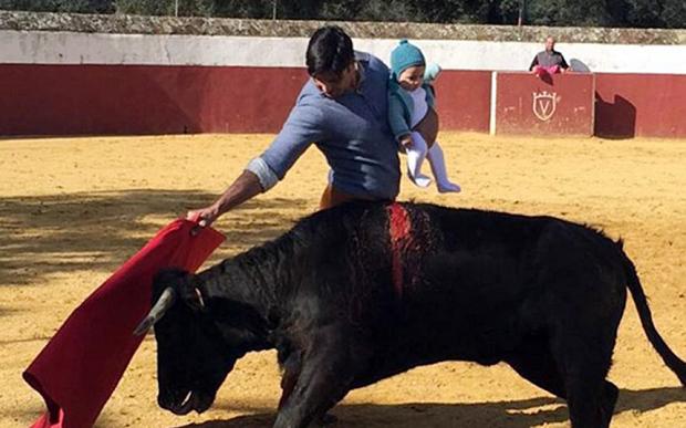 Ancheta in Spania dupa viralizarea unei fotografii in care un toreador, cu un bebelus in brate, se lupta cu un taur