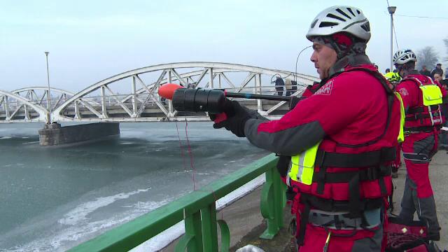 Pe un lac inghetat din Targu Jiu s-a simulat o misiune de salvare. Instrumentul folosit pentru prima data in Romania