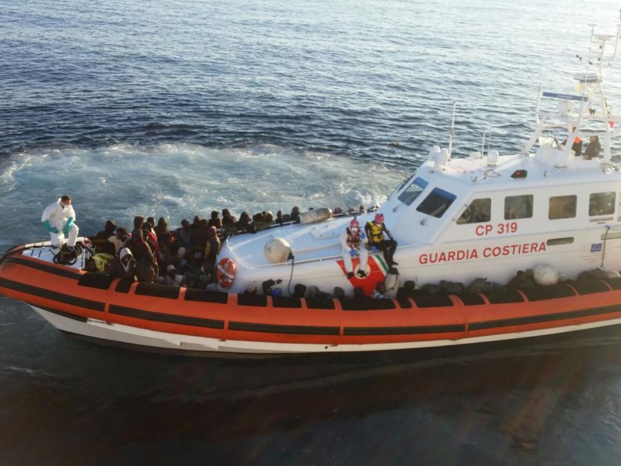 119 migranti, dintre care 34 minori, salvati de o nava romaneasca in Marea Mediterana. Se aflau pe o barca gonflabila