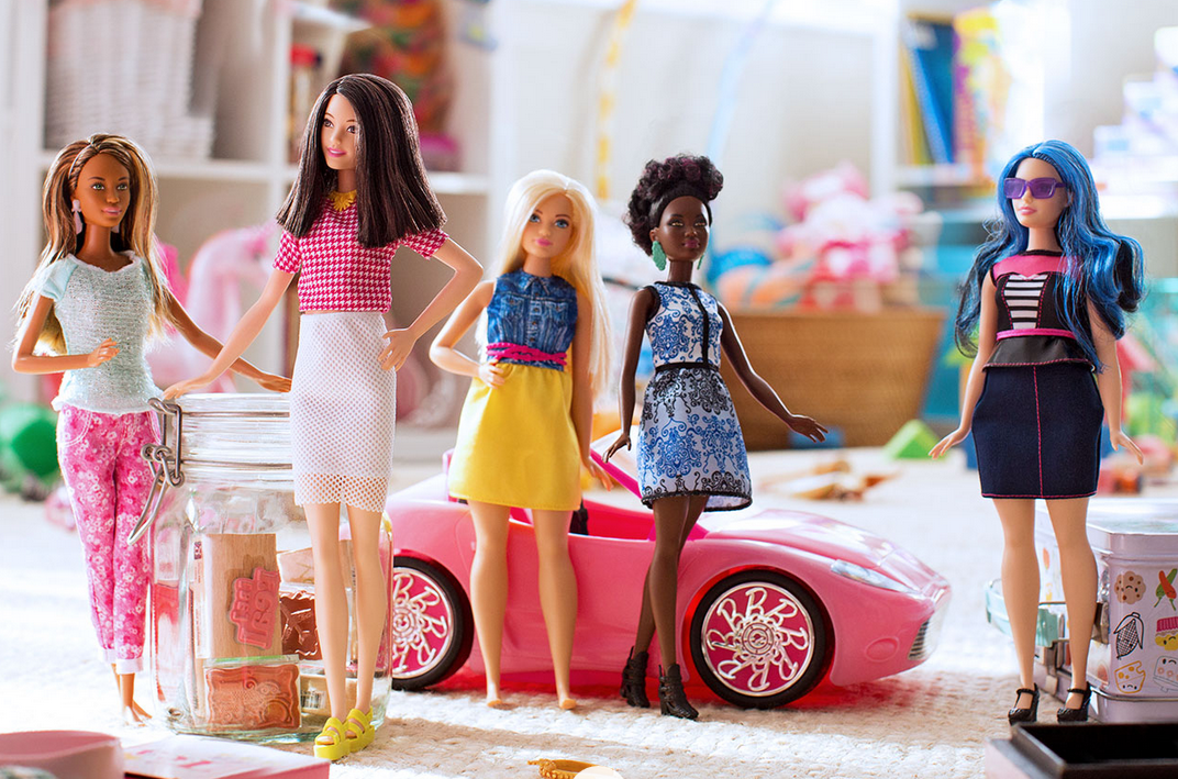 Papusa Barbie are de acum noi variante de siluete. Cum arata noile modele
