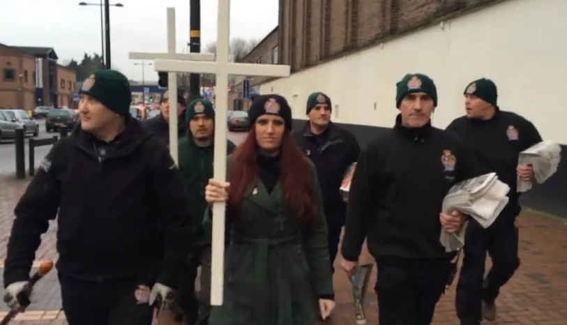 Demonstratie bizara intr-un oras din Marea Britanie. Mesajele transmise de membrii