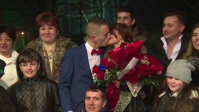 Noapte speciala la Poarta Sarutului, in Targu Jiu. 18 cupluri si-au jurat iubire vesnica si si-au unit destinele