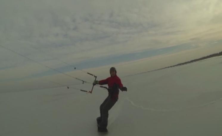 Ice-kiting pe un lac inghetat din Galati. Doi tineri si-au modificat echipamentul clasic pentru a patina tractati de zmeu