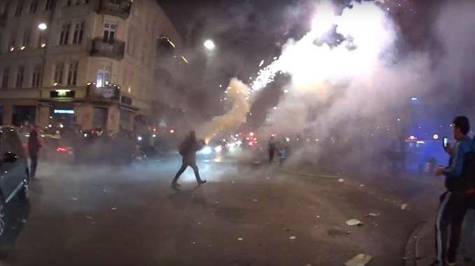 Panica de Revelion in orasul suedez Malmo. Mai multi indivizi au tras in multime cu petarde si artificii. VIDEO