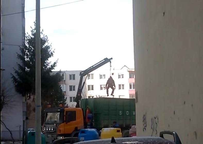 Un gunoier s-a atarnat de macara, in Sibiu. Reactia patronului: