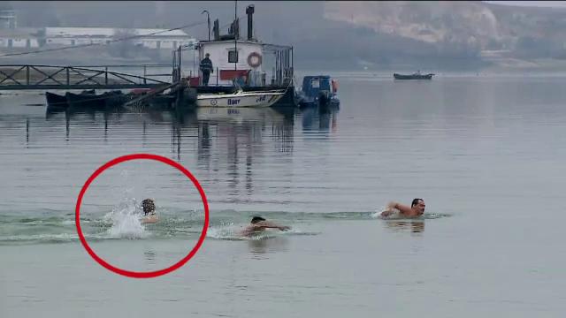 Apele Dunarii, sfintite in ajun de Boboteaza. Singurul barbat care a reusit fara probeme sa recupereze crucea aruncata in apa