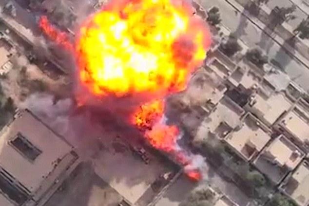 Atentatele cu masina-capcana ale ISIS, filmate cu o drona. VIDEO