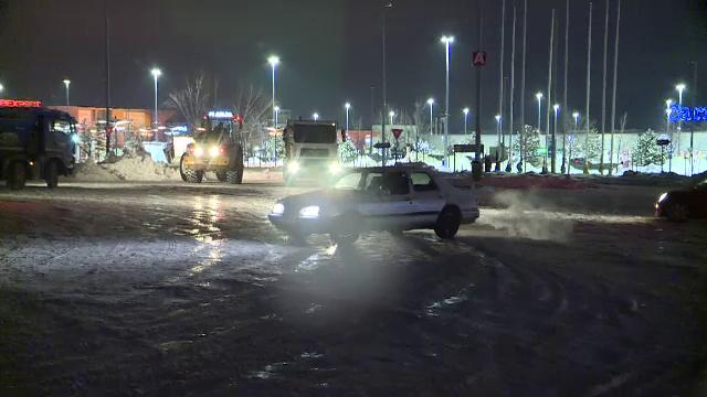 Soferii si-au testat masinile cu drifturi pe zapada, intr-o parcare din Bucuresti. Distractia, intrerupta de Politie