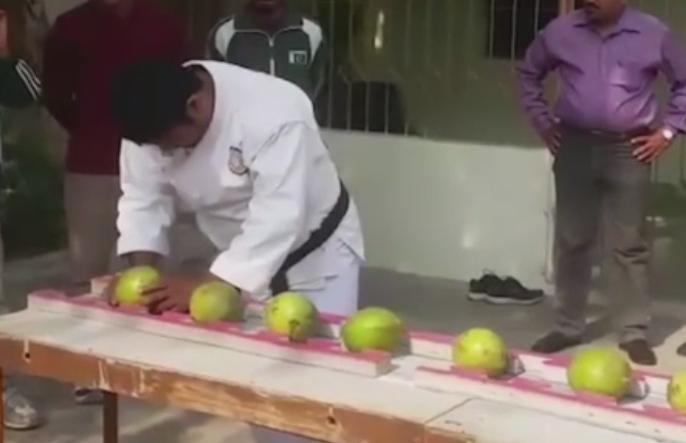 Un pakistanez a intrat in Cartea Recordurilor dupa ce a spart 43 de nuci de cocos cu fruntea in 60 de secunde