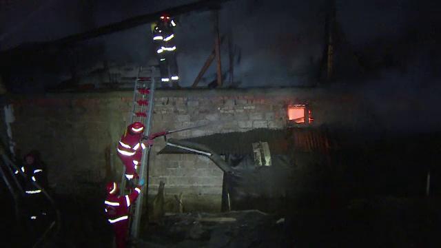 Trei case distruse de incendiu, la Targu Jiu. Flacarile ar fi fost declansate de un batran care ardea deseuri in curte