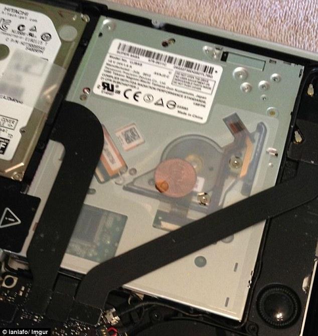 Misterul din laptopurile Apple. Nimeni nu stie de ce in unele MacBook-uri se afla cate o moneda. VIDEO