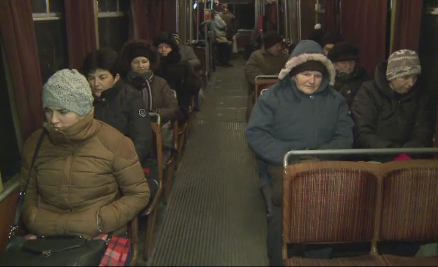 Sute de navetisti din Arad chinuiti in ger, intr-un tramvai fara incalzire.