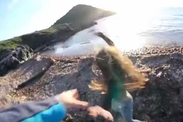 S-a filmat in timp ce si-a impins iubita de pe o stanca. Ce a facut barbatul imediat dupa incident. VIDEO