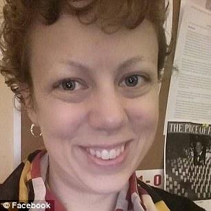 O angajata a unei scoli a fost concediata dupa un schimb de replici cu un elev. Ce i-a adus demiterea femeii. FOTO