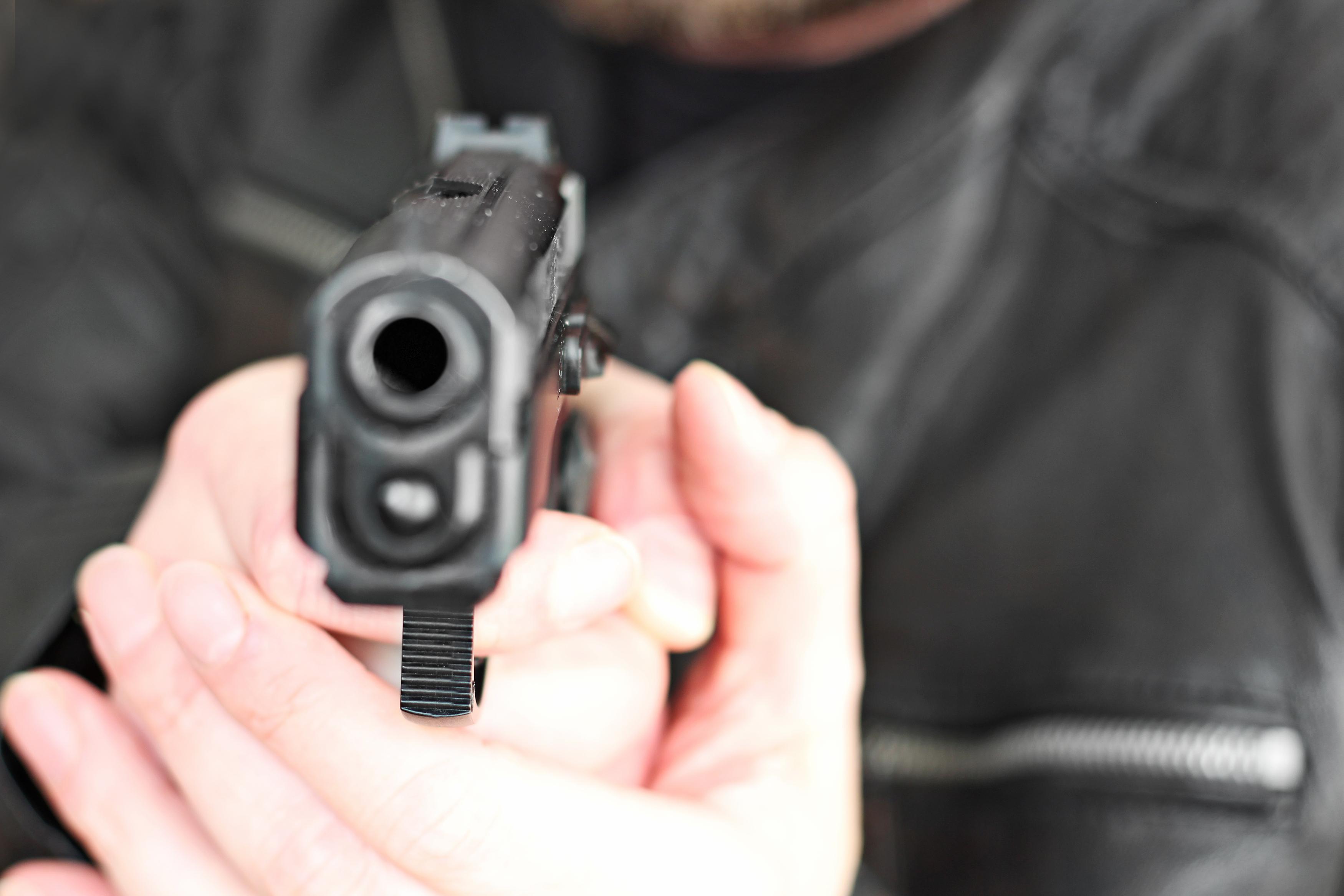 Un polițist din Neamț a tras 16 focuri de armă pentru a opri mai mulți hoți violenți. Niciunul nu a nimerit pe cineva
