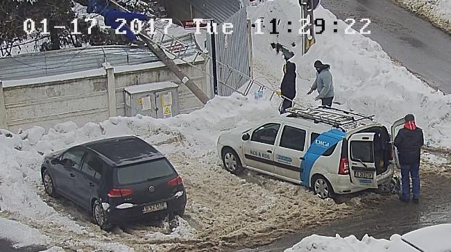 Scene hilare in Bucuresti. Cum s-a terminat interventia unor muncitori pe un stalp. Imagini de pe camera de supraveghere