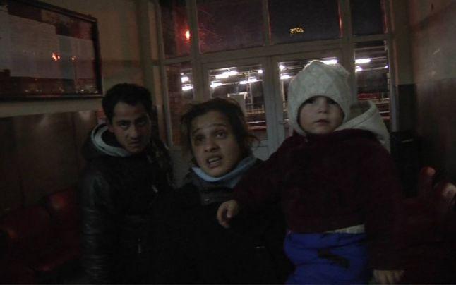 Familia care s-a mutat in gara din Campina. Parintii fac sex pe hol, copilul de 2 ani doarme in frig. Ce spun autoritatile