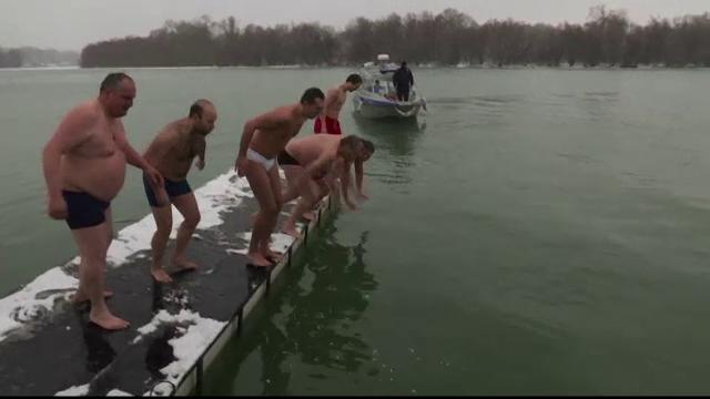 Rusii au sarbatorit Boboteaza pe stil vechi la minus 35 de grade. Cum au reusit sa intre in apa inghetata