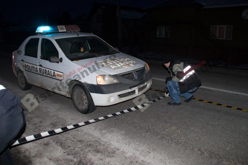 Un barbat intins pe sosea a fost calcat de masina de politie. Nu se stie cine e victima sau cum a ajuns acolo