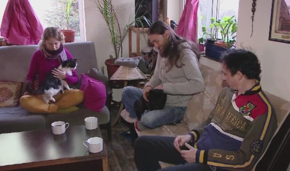 Familia din Cluj care de 3 ani traieste BIO si imparte casa cu voluntari straini.