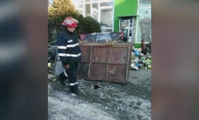 Doi pietoni au fost raniti la Gaesti dupa ce un container cu fier vechi s-a rasturnat in trafic. Soferul este cercetat penal
