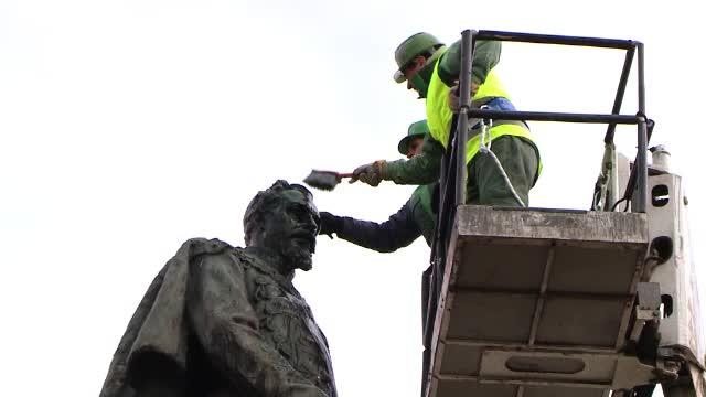 Pregatiri pentru Ziua Unirii la Iasi. Statuia domnitorului Alexandru Ioan Cuza a fost spalata cu zeci de litri de apa calda