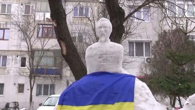 De ziua Unirii, pensionarul din Galati care face statui din zapada recidiveaza. Ce a sculptat de aceasta data