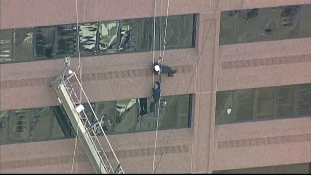 Doi spalatori de geamuri ramasi suspendati la etajul 15 al unui turn din Dallas. Cum a decurs interventia salvatorilor