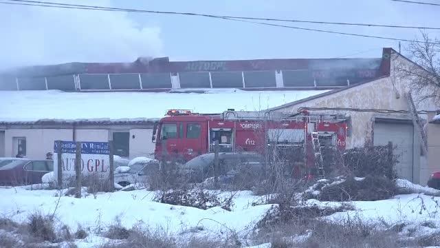 Incendiu puternic la un service in care se montau instalatii GPL. Peste 250 de metri patrati de acoperis au ars