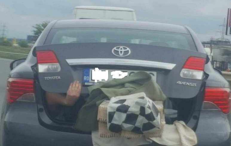 """Imaginea devenită virală: """"pasager"""", surprins într-un portbagaj, în Oradea"""