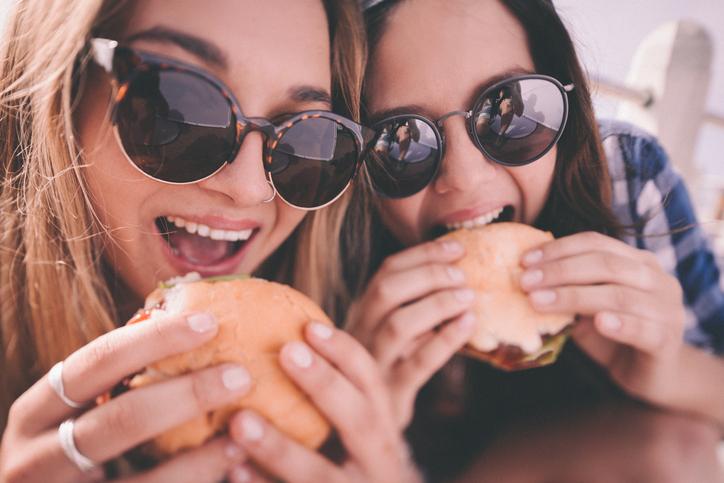 O tânără a murit, la trei zile după ce a mâncat un burger
