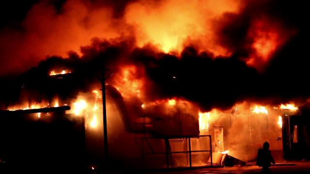 Incendiu uriaș la o fabrică de conserve din Topoloveni. Flăcările au pornit de la o friteuză industrială