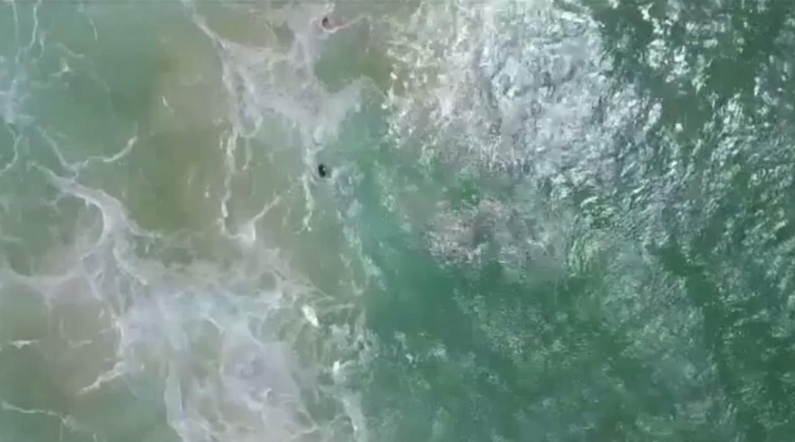 Doi surferi, salvați de la înec cu ajutorul unei drone