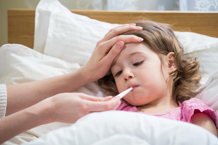 Copiii pot surzi din cauza răcelilor netratate. Când se scot amigdalele