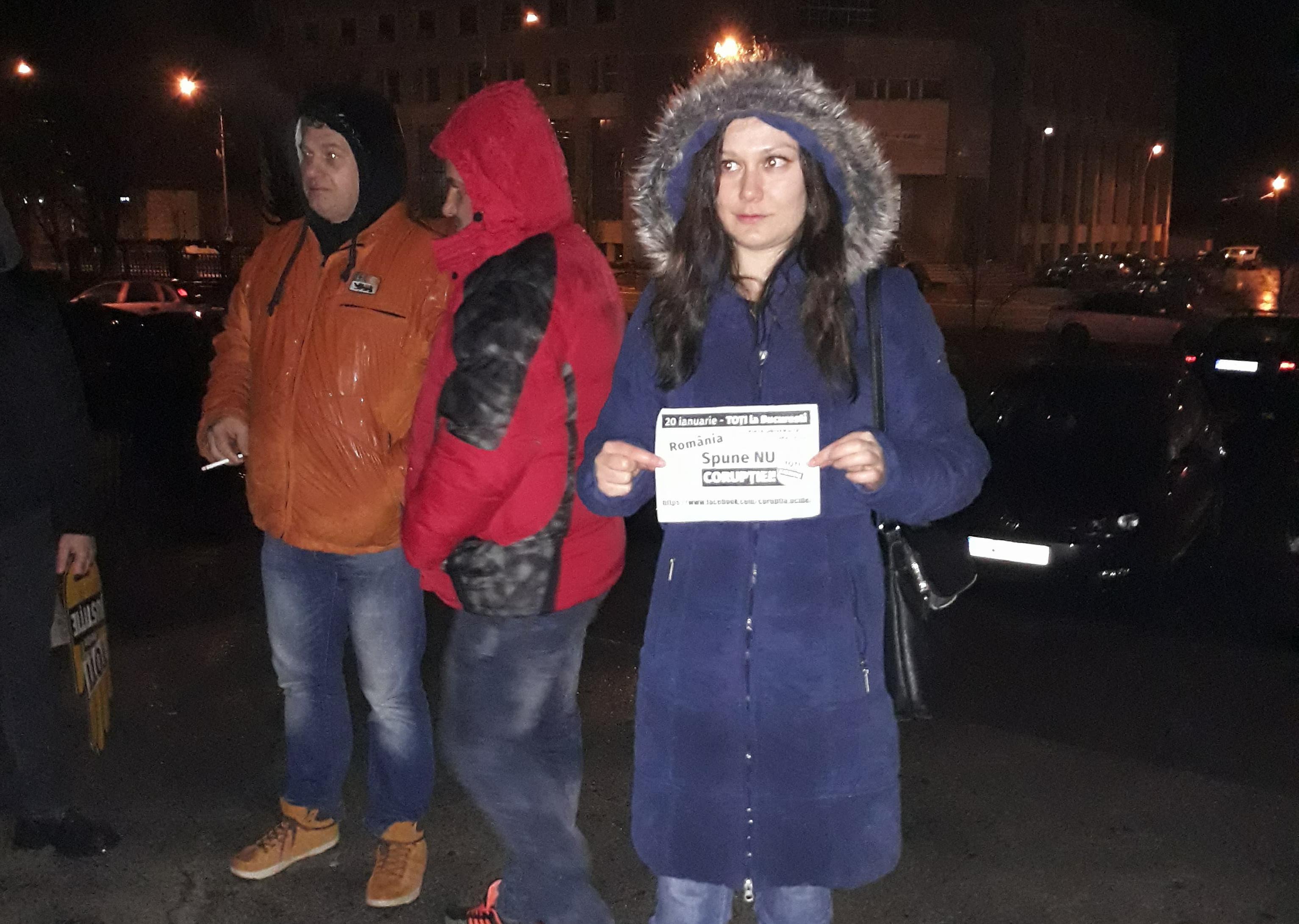 Protest timid, cu 9 persoane, în Alexandria. Oamenii spun că nu ies din case de frică