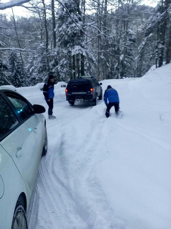 Turiști blocați cu mașina pe un drum forestier din Sinaia, salvați de jandarmi