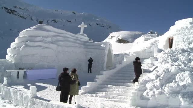 Bâlea Lac, destinaţia preferată a amatorilor de ski extrem. A apărut şi o biserică de gheaţă