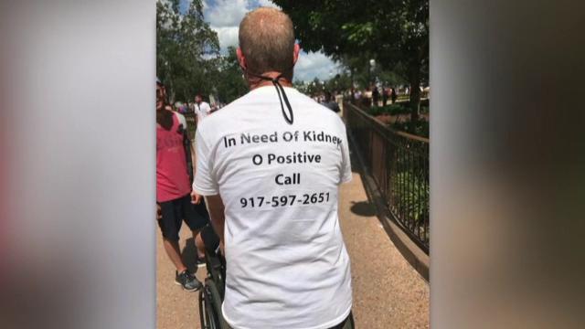 Un american, tatăl a cinci copii, a primit un transplat de rinichi grație unui tricou